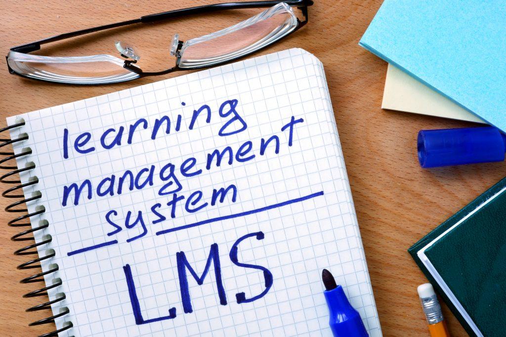 Care sunt functionalitatile cheie ale unei platforme LMS?